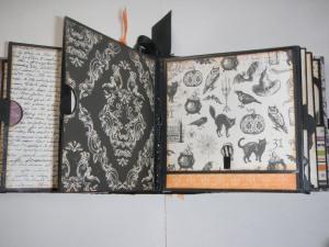 Den högra sidan har en ficka med fotomatta och den vänstra kan man fälla upp för mer plats för foton