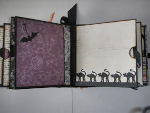 En liten fotobok sitter fast med magnetsnäppe på den vänstra sidan